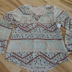 Beautiful Maurices Light Weight Top